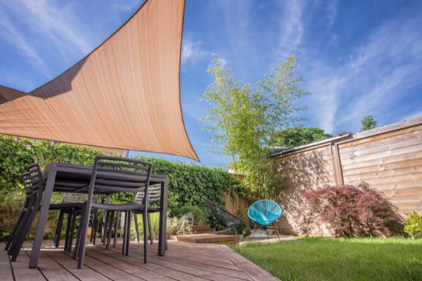 Terrasse avec voile d'ombrage