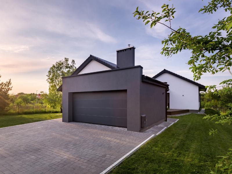 Garage gris avec allée en béton