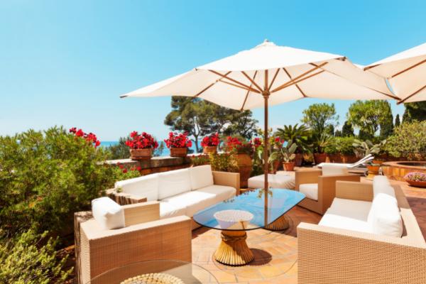 Terrasse avec parasols