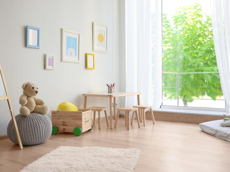 Salle de jeux sobre avec meubles en bois